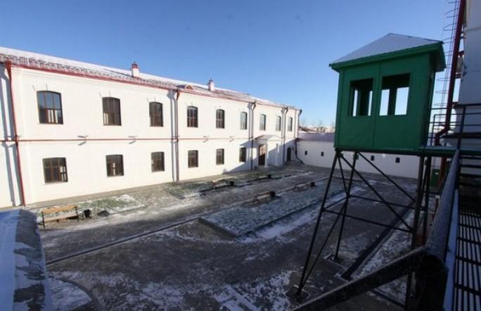 Посидеть в карцере и поесть тюремной еды можно в тобольском хостеле «Узник»