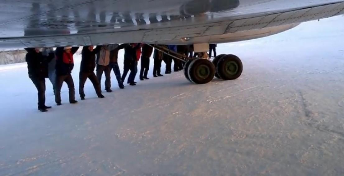 Пассажиры толкали самолёт, чтобы вылететь из Игарки