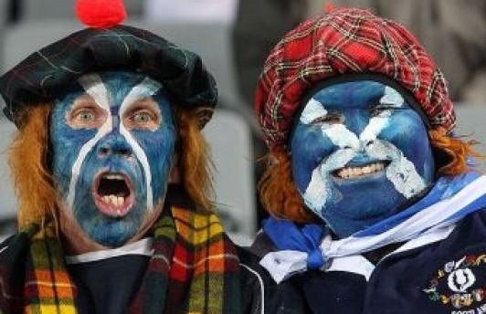 Болельщик сборной Шотландии упал с трибуны и скончался