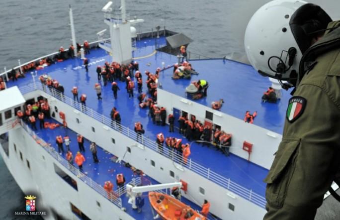 С горящего парома Norman Atlantic эвакуировали 420 человек. Десять пассажиров погибли