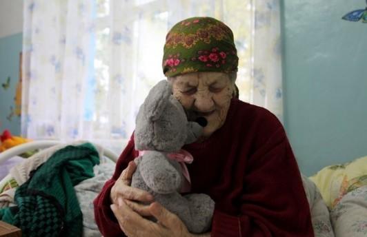 Тюменцы смогут передать новогодние подарки в дома престарелых