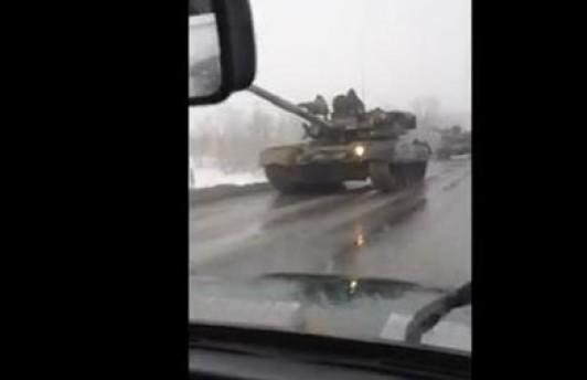Очевидцы: российская военная техника «прёт на украинскую границу». Видео