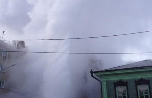В Тюмени фонтан кипятка бил на высоту девятого этажа. Видео