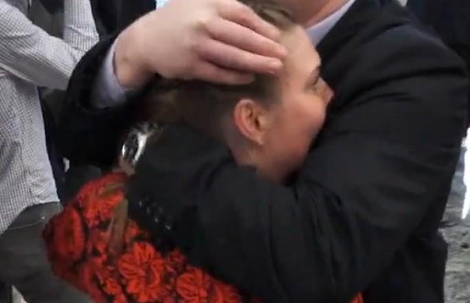 На Минских переговорах охранник закрыл рот журналистке. Видео подтверждение