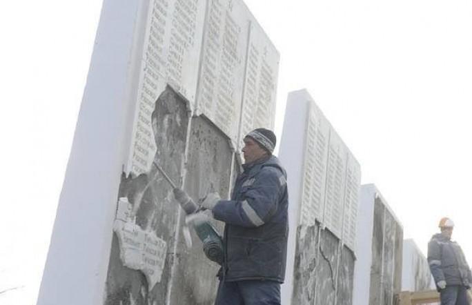 В Тюмени варварски уничтожили стелы с именами ветеранов ВОВ