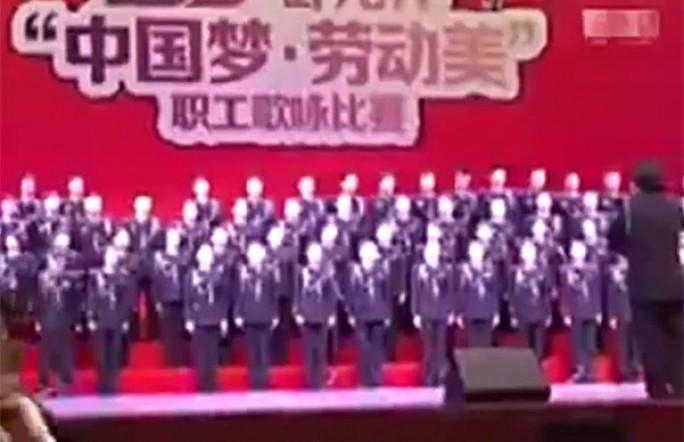 Китайские хористы провалились под сцену. Видео