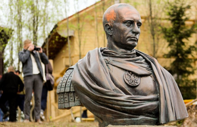 Казаки поставили памятник Владимиру Путину