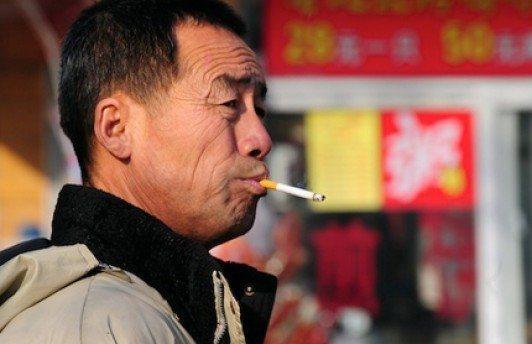 В Китае запретили курение в общественных местах