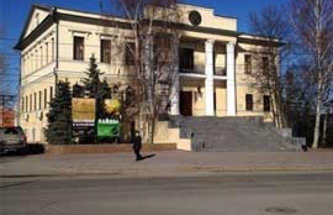 В Тюмени, напротив музея «Городская Дума», ликвидируют «автопарковку»