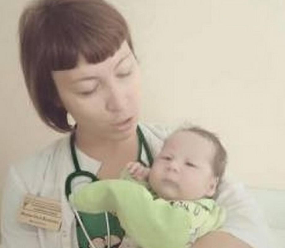 Тюменского врача уволили из-за фото с младенцем из бэби-бокса