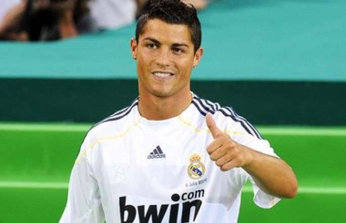 Криштиану Роналду переоделся бомжом и показывал футбольные трюки. Видео