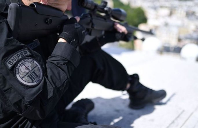 Во время речи Олланда снайпер нечаянно открыл огонь, ранены двое