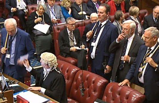 """Палата лордов не стала утверждать законопроект о """"брексите"""""""